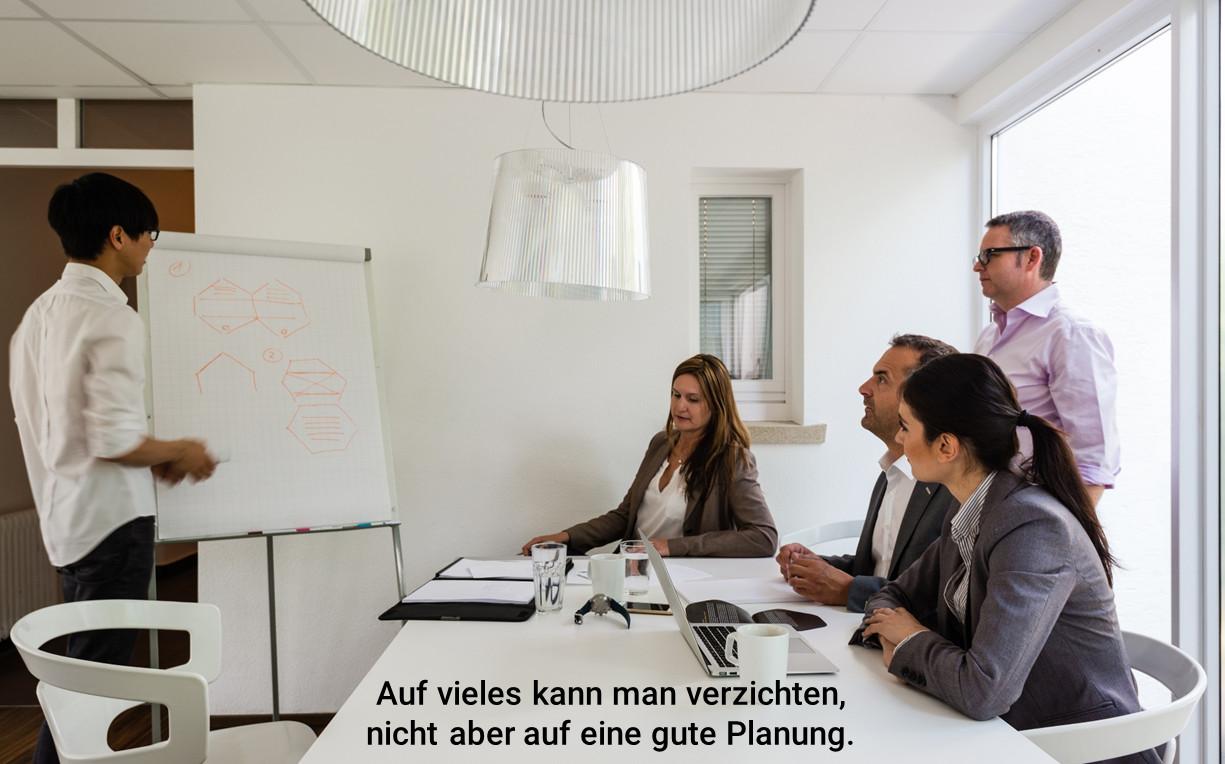 Team am Flipchart bei der Projektplanung
